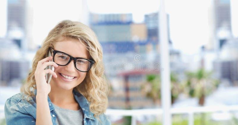 Stående av den lyckliga kvinnliga hipsteren som använder den smarta telefonen i stad royaltyfria foton