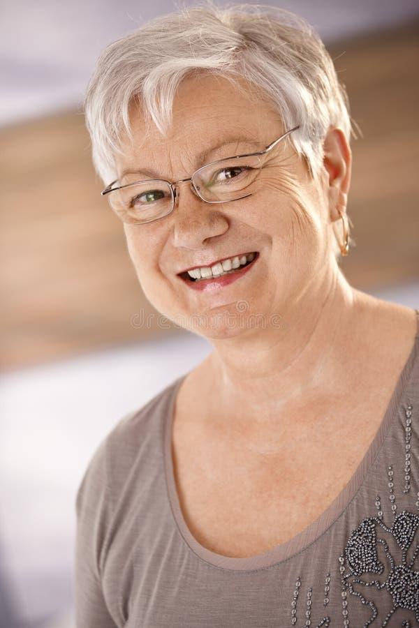 Stående av den lyckliga kvinnliga pensionären arkivbild