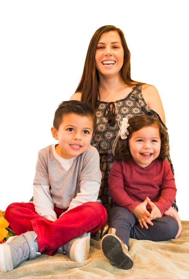 Stående av den lyckliga latinamerikanska familjen arkivfoton