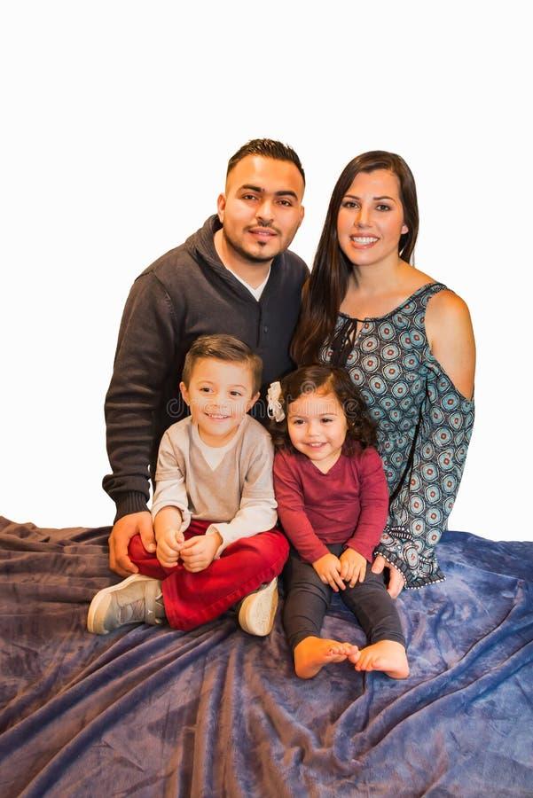 Stående av den lyckliga latinamerikanska familjen royaltyfri foto