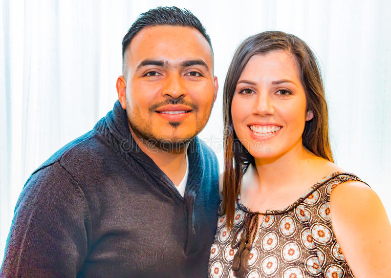 Stående av den lyckliga latinamerikanska familjen royaltyfria foton