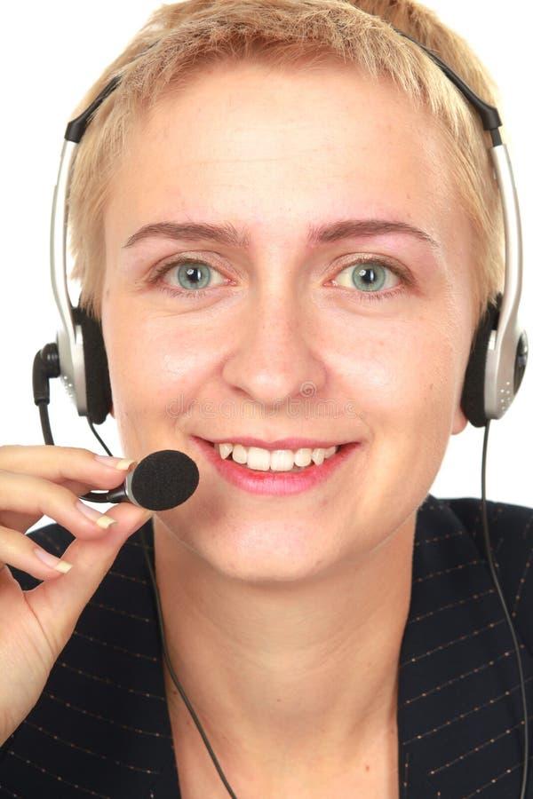 Stående av den lyckliga le gladlynta servicetelefonoperatören i hörlurar med mikrofon som isoleras på vit bakgrund royaltyfri fotografi