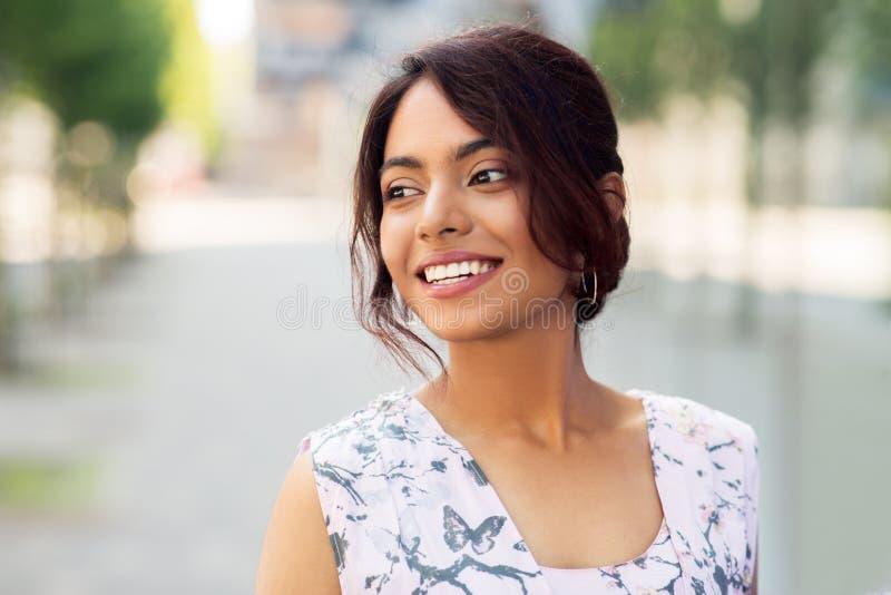 Stående av den lyckliga le indiska kvinnan utomhus arkivbild