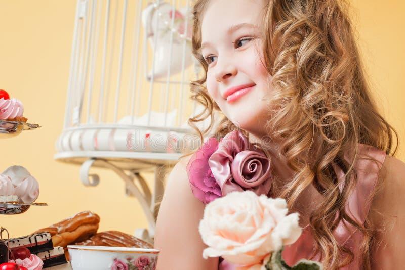 Stående av den lyckliga le lockig-haired flickan royaltyfria bilder
