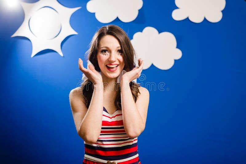 Stående av den lyckliga le nätta flickan över himmel för blått papper fotografering för bildbyråer