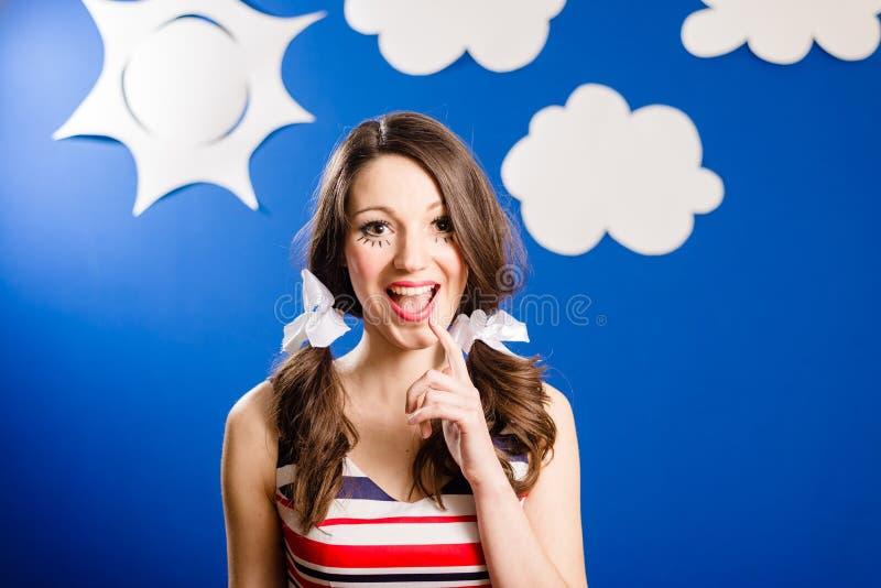 Stående av den lyckliga le nätta flickan över himmel för blått papper arkivfoton