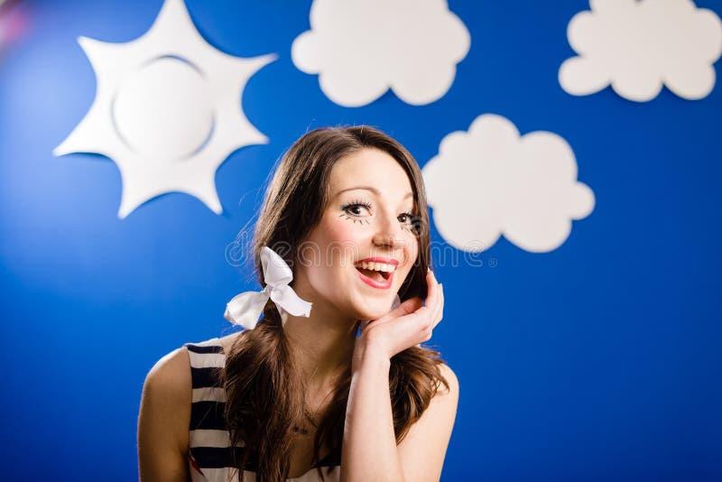 Stående av den lyckliga le nätta flickan över himmel för blått papper royaltyfria foton