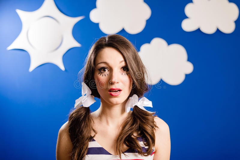 Stående av den lyckliga le nätta flickan över himmel för blått papper royaltyfri bild