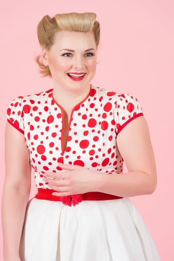 Stående av den lyckliga log blonda kvinnan med tappningutvikningsbildsmink Blond kvinnlig med krullning som isoleras på bakgrund  royaltyfri fotografi