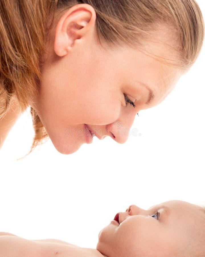 Stående av den lyckliga modern och barnet på en vit bakgrund royaltyfri foto