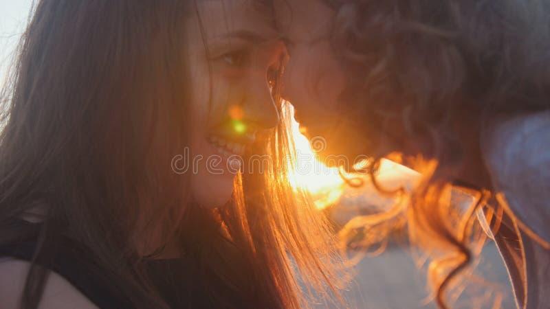 Stående av den lyckliga modern och den lilla dottern över solnedgång royaltyfria foton