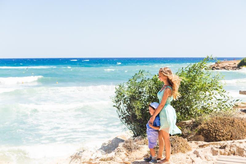 Stående av den lyckliga modern och sonen på havet som är utomhus- royaltyfria foton