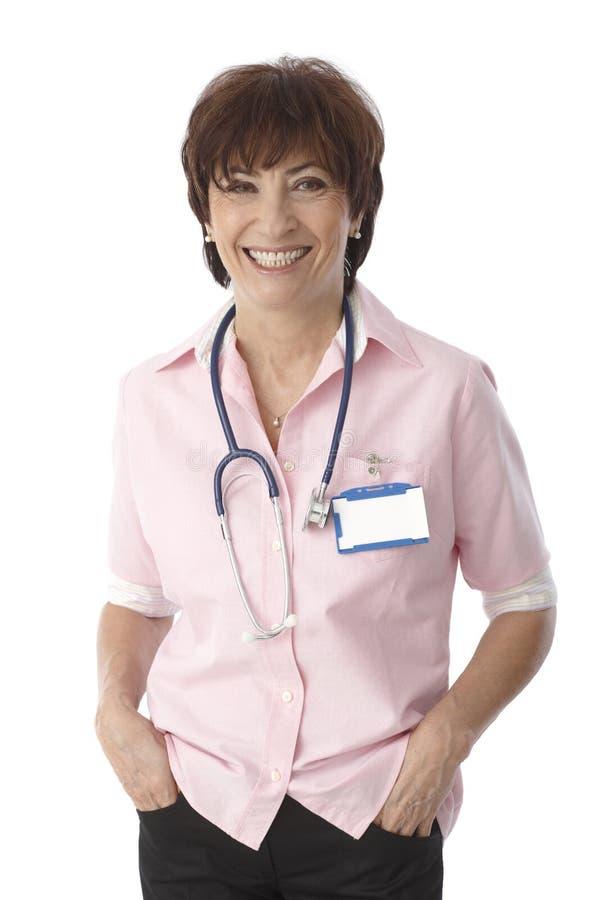 Stående av den lyckliga mogna kvinnliga doktorn fotografering för bildbyråer