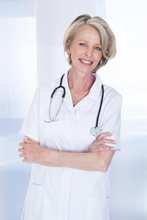 Stående av den lyckliga mogna kvinnliga doktorn arkivfoton