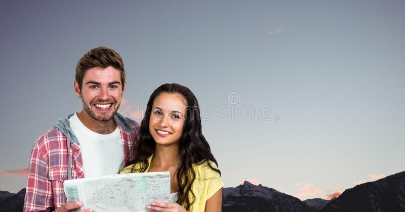 Stående av den lyckliga parinnehavöversikten mot klar himmel arkivfoton