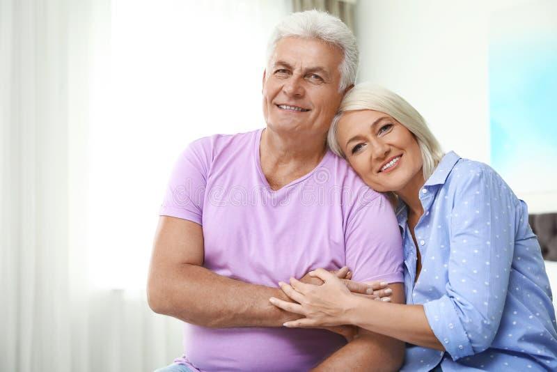 Stående av den lyckliga pensionären hemma fotografering för bildbyråer