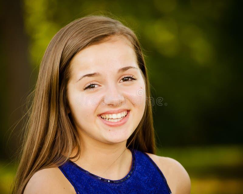 Stående av den lyckliga pre-tonåriga flickan fotografering för bildbyråer