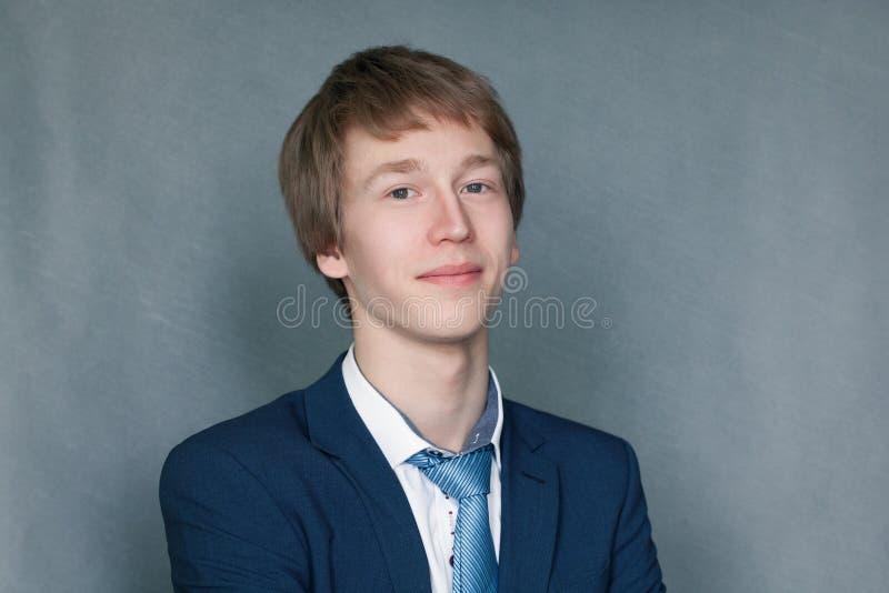 Stående av den lyckliga skolpojketonåringen arkivbild