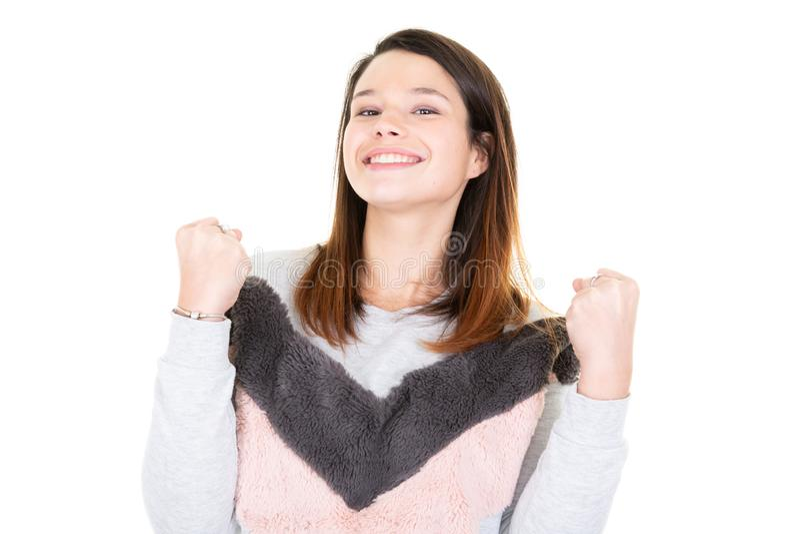 Stående av den lyckliga 20-tal för ung kvinna som bär den isolerade rosa tröjan som att jubla segertriumf över vit bakgrund royaltyfria bilder