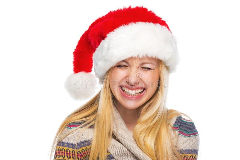 Stående av den lyckliga tonårs- flickan, i att skratta för santa hatt royaltyfria foton