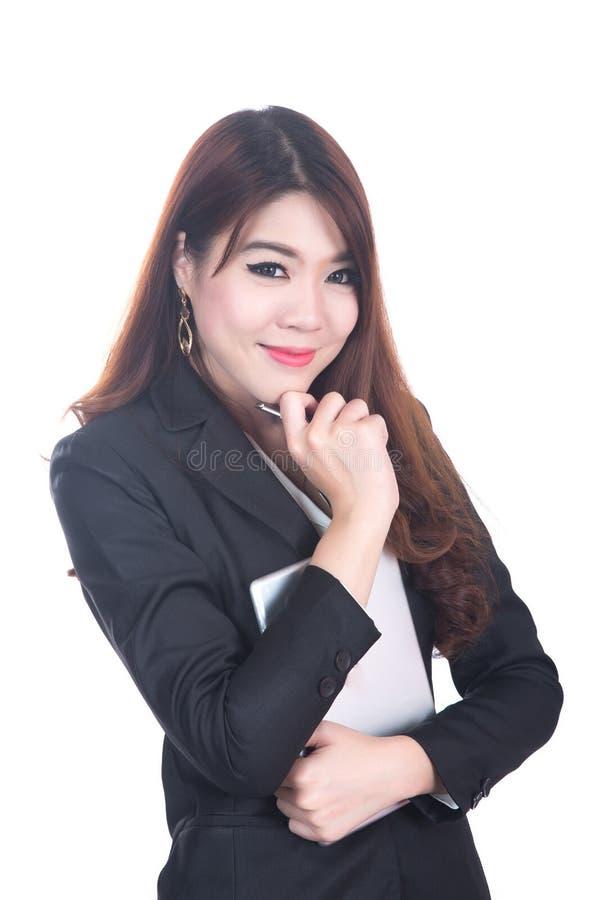Stående av den lyckliga unga affärskvinnan, korsade armar royaltyfri foto