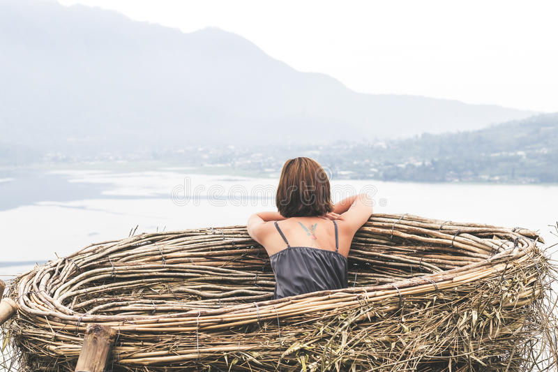 Stående av den lyckliga unga kvinnan på bergbakgrunden Tropisk ö Bali, Indonesien Lady I Lopp royaltyfria foton