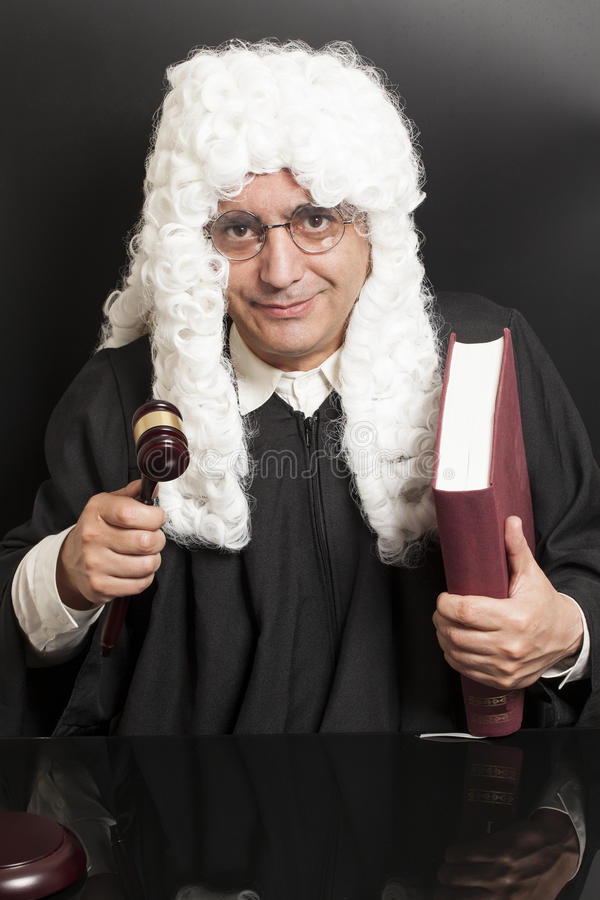 Stående av den manliga advokaten Holding Judge Gavel och boken royaltyfri fotografi