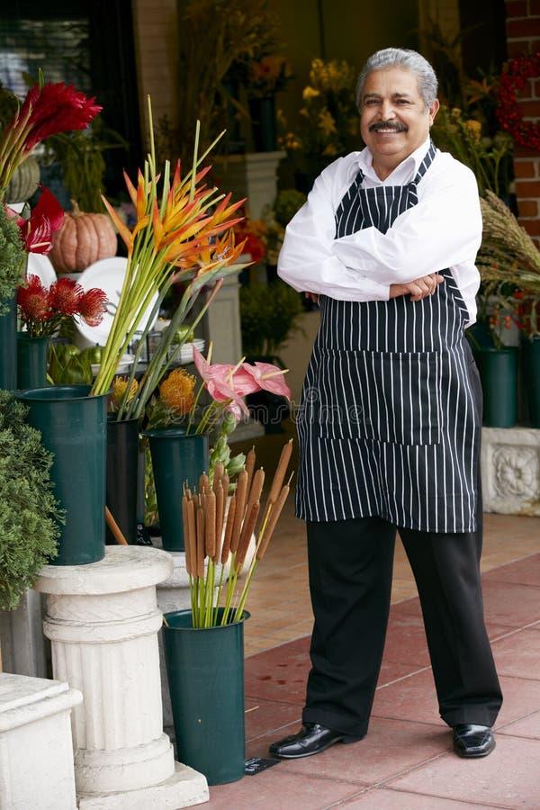 Stående av den manliga blomsterhandlaren Outside Shop arkivbild