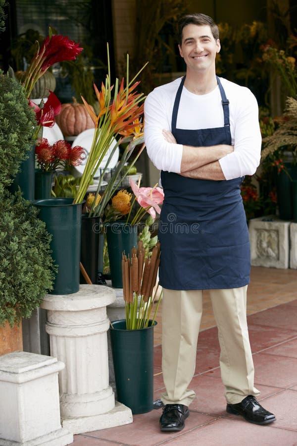 Stående av den manliga blomsterhandlaren Outside Shop fotografering för bildbyråer