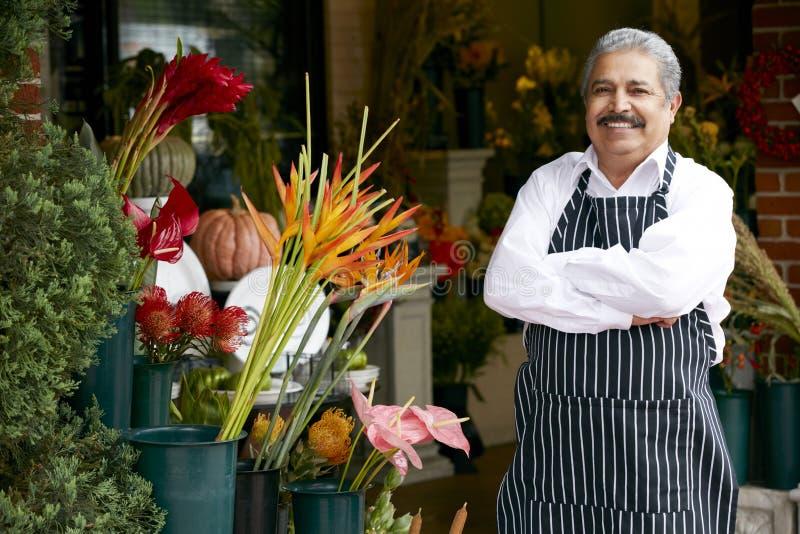 Stående av den manliga blomsterhandlaren Outside Shop royaltyfri bild