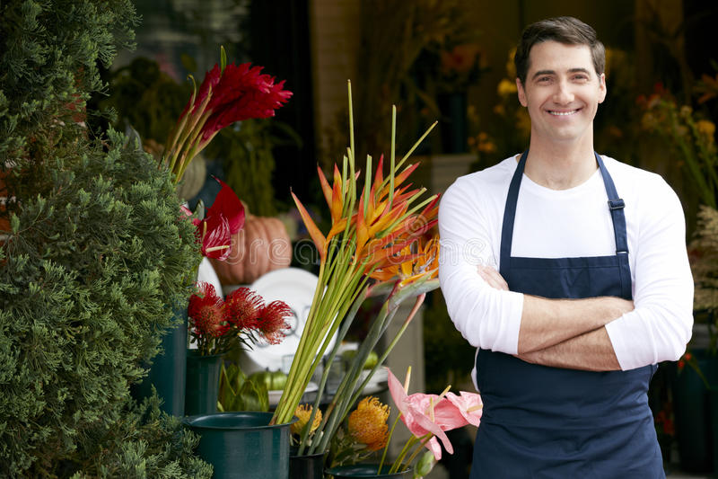 Stående av den manliga blomsterhandlaren Outside Shop arkivfoto