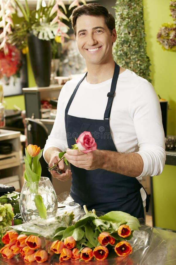 Stående av den manliga blomsterhandlaren In Shop royaltyfria foton