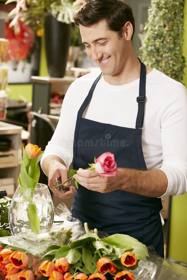 Stående av den manliga blomsterhandlaren In Shop arkivbilder