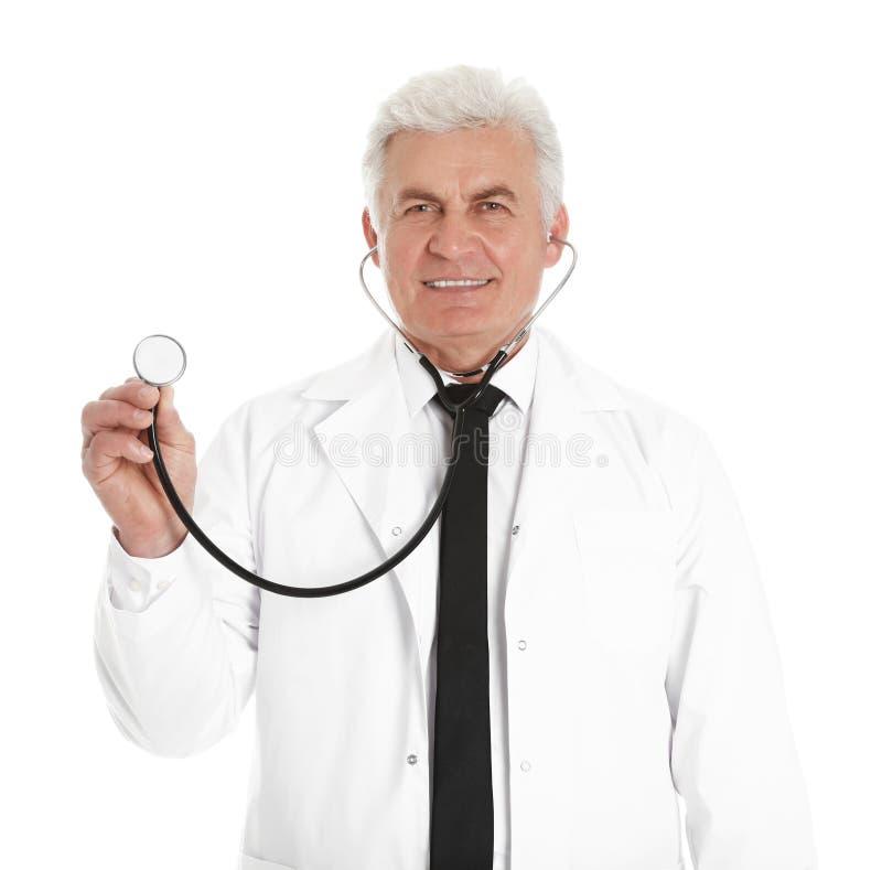 Stående av den manliga doktorn med den isolerade stetoskopet medicinsk personal arkivfoto
