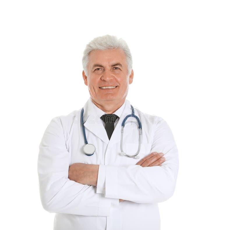 Stående av den manliga doktorn med den isolerade stetoskopet medicinsk personal arkivfoton