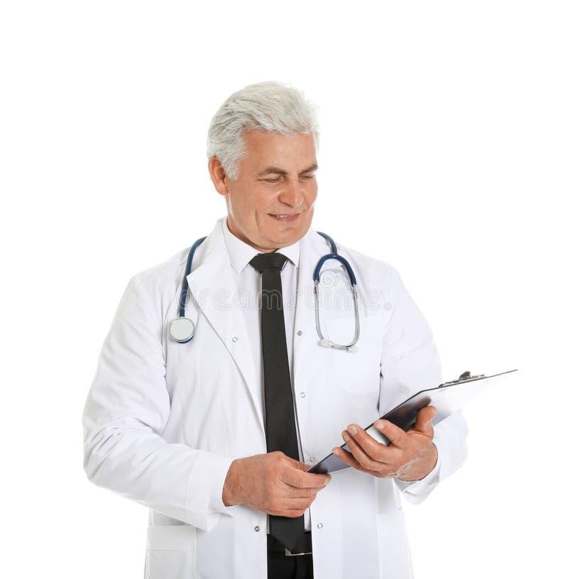 Stående av den manliga doktorn med skrivplattan som isoleras på vit royaltyfria foton