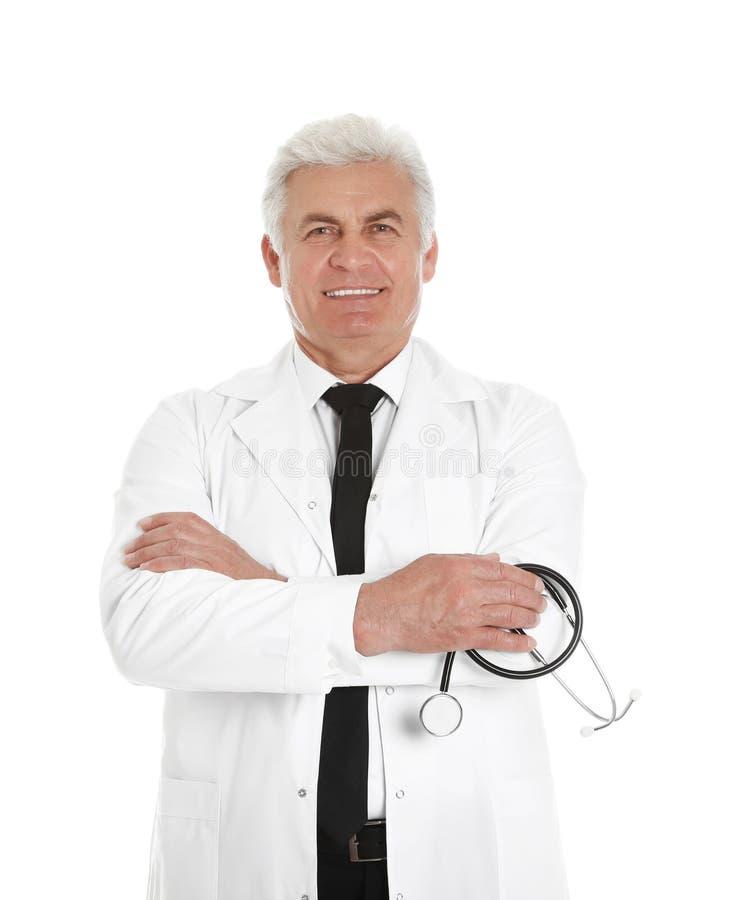 Stående av den manliga doktorn med stetoskopet som isoleras på vit arkivfoton
