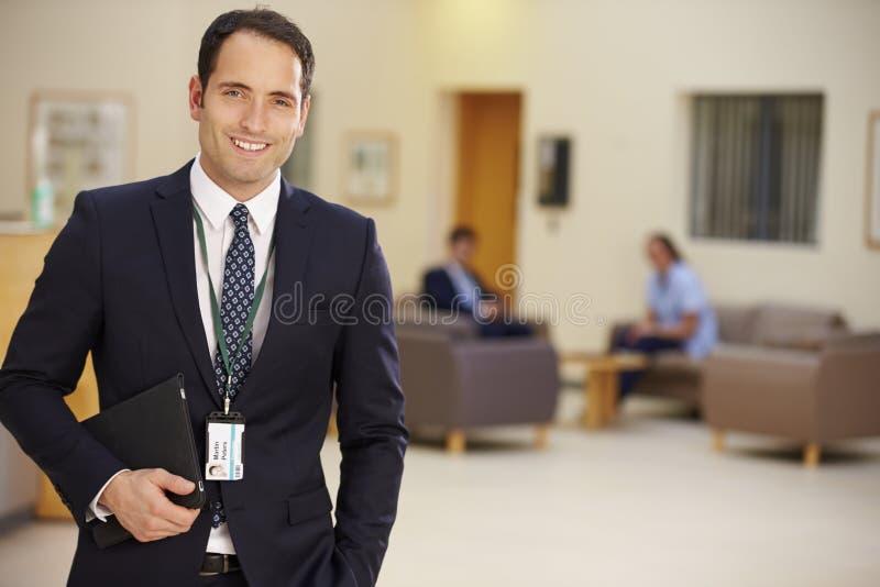 Stående av den manliga konsulenten In Hospital Reception arkivfoto