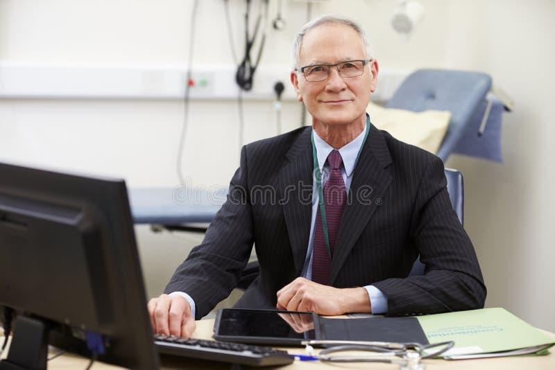 Stående av den manliga konsulenten Working At Desk royaltyfri foto