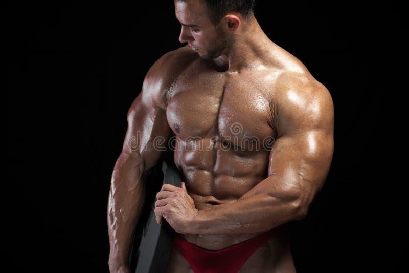 Stående av den manliga kroppsbyggaren med lättnadsmuskler arkivfoton