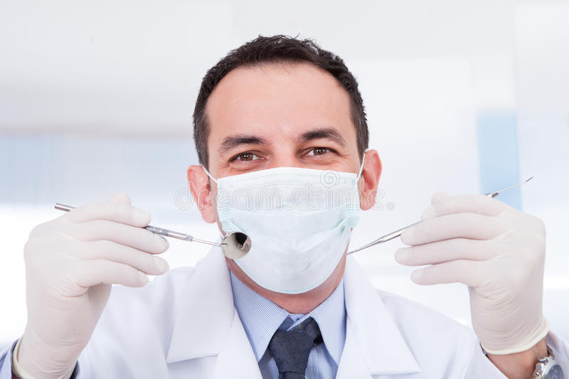 Stående av den manliga tandläkaren arkivfoto