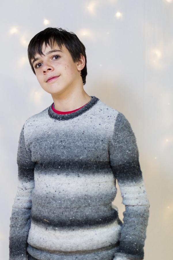 Stående av den manliga tonåringen i studion royaltyfri foto