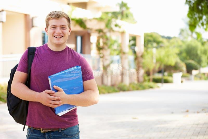 Stående av den manliga universitetsstudenten Outdoors On Campus arkivfoto