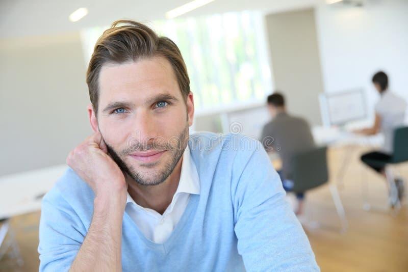 Stående av den medelåldersa mannen på kontoret royaltyfri bild