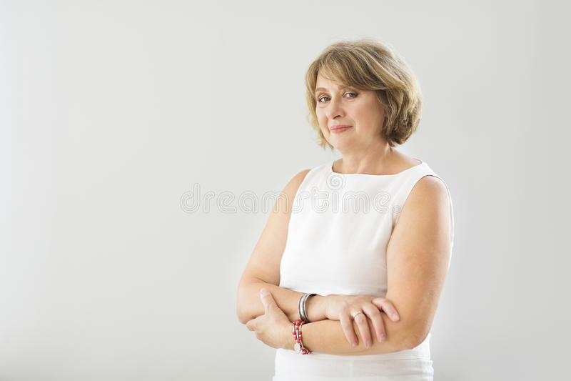 Stående av den mellersta ålderkvinnan i rummet arkivfoto