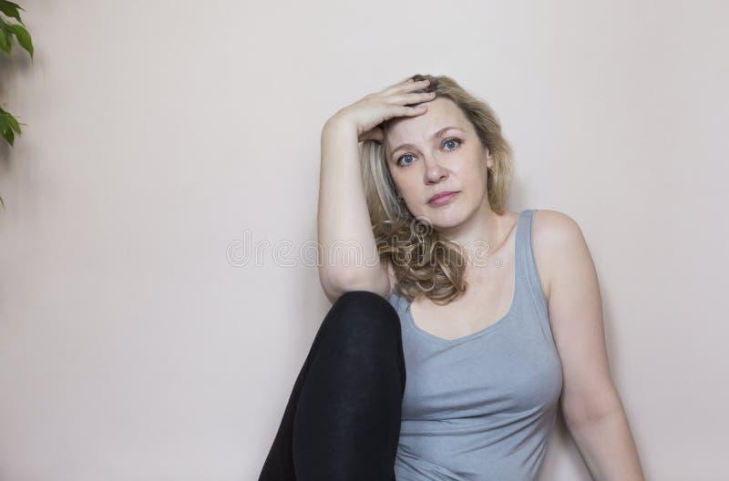 Stående av den mellersta ålderkvinnan i rummet arkivfoton