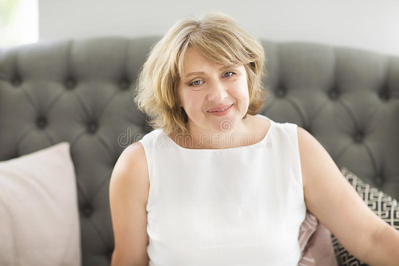 Stående av den mellersta ålderkvinnan i rummet arkivbild