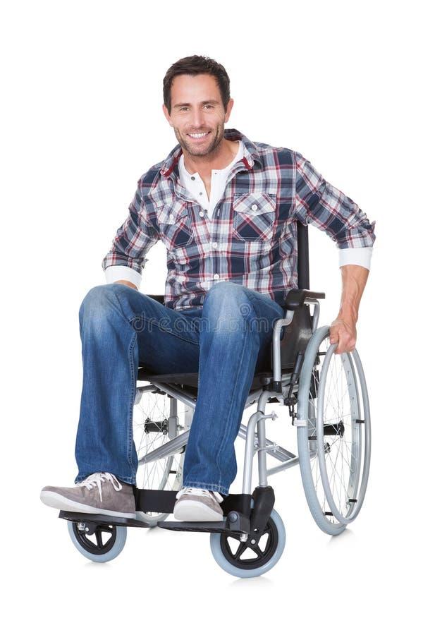 Stående av den mellersta åldermanen i rullstol arkivbilder