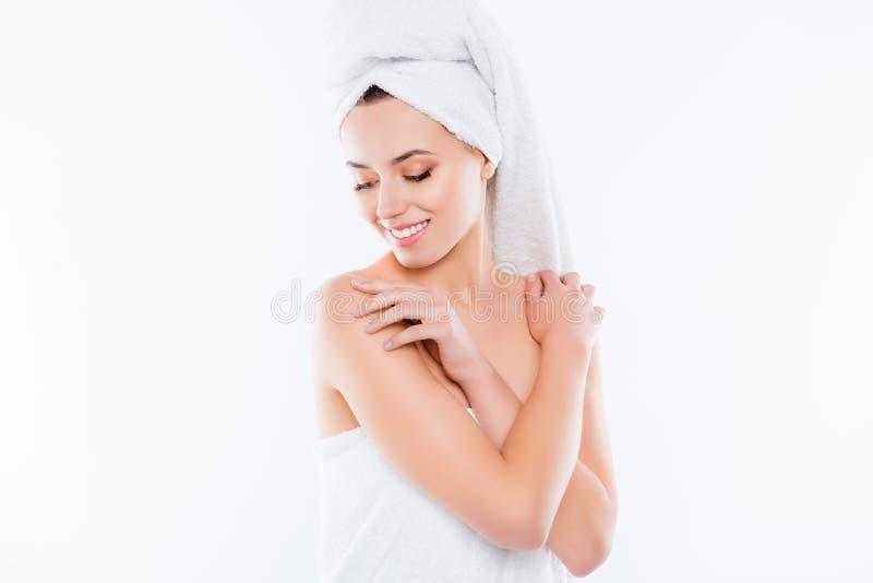 Stående av den mjuka sinnliga flickan efter dusch med turbanen på huvudet arkivbilder