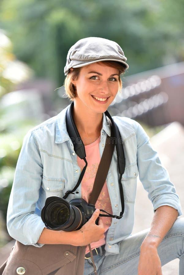 Stående av den moderiktiga gladlynta kvinnafotografen arkivbilder